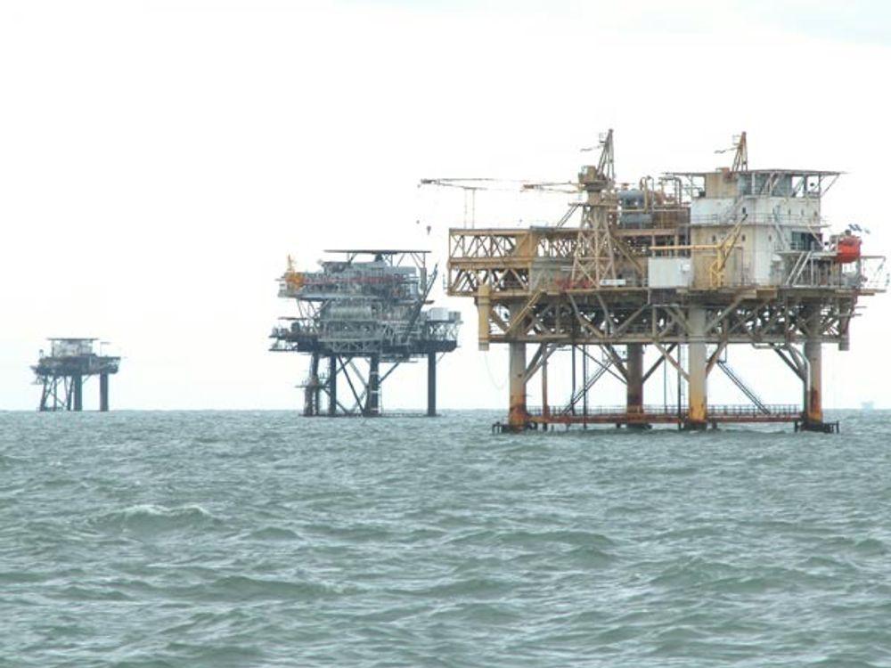 Mexicogulfen er pepret med over tusen plattformer og rigger i forskjellige størrelser. Katrina feide over en del av Gulfen. 52% av de 819 bemannede oljeplatformene er fortsatt evakuert.
