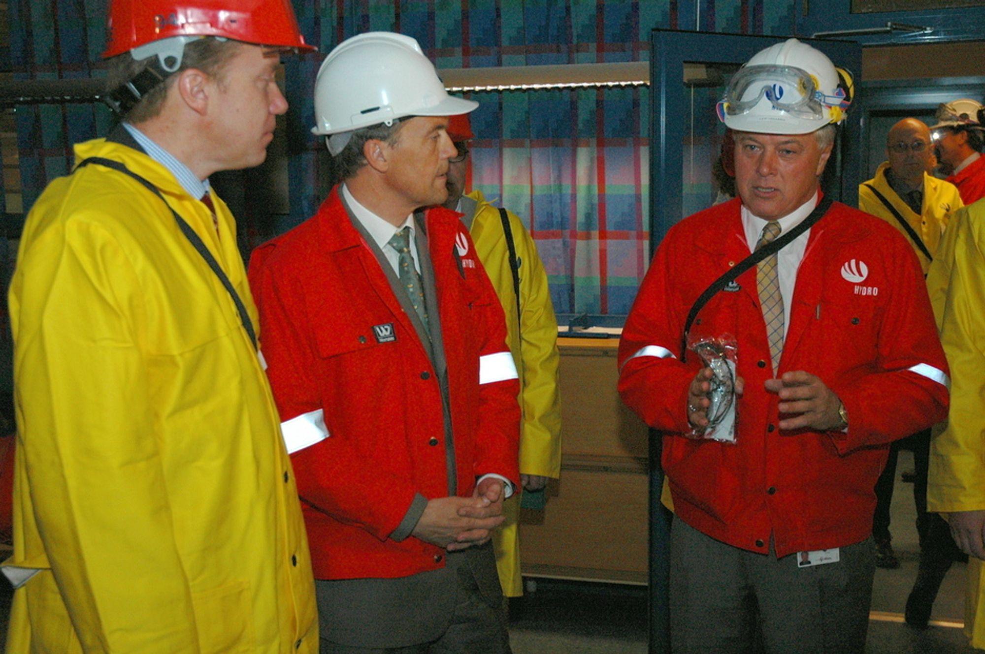 FORTELLER: Fabrikkdirektør leif Hellebøe, til høyre, forteller Børge Brende og Eivind Reiten om prosjektet. Her i kontrollrommet, hvor Hellebøes egne mannskaper har prosejkter og stått for idrftsettelsen av det avanserte kontrollanlegget.
