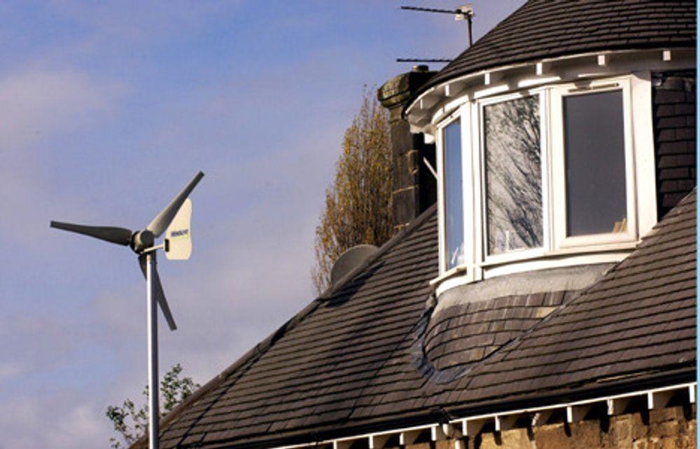 ØNSKER VINDMØLLER: Det bør bli flere enkeltstående vindmøller i Norge, mener olje- og energiministeren. Kanskje kan vi få slike møller som enkelte briter har på taket.