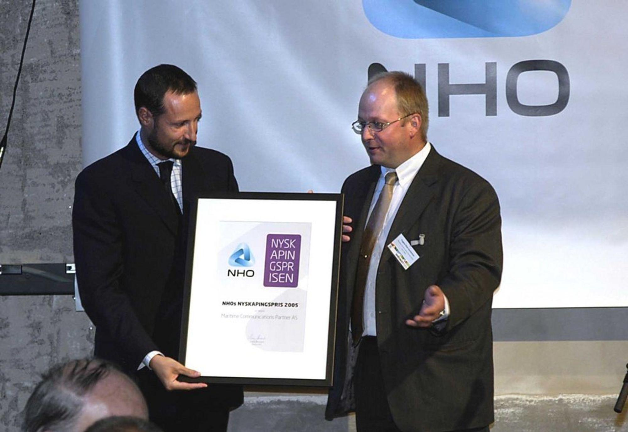 NYSKAPENDE: Kronprins Haakon deler ut NHOs Nyskapingspris til daglig leder Trygve Sten Gustavsen i Maritime Communications Partner.