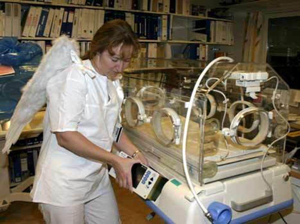Else Riise ved Rikshospitalet er elektroingeniør, men går i hvitt for å vekke tillit og gli inn i miljøet. Foto: Ragna Kronstad