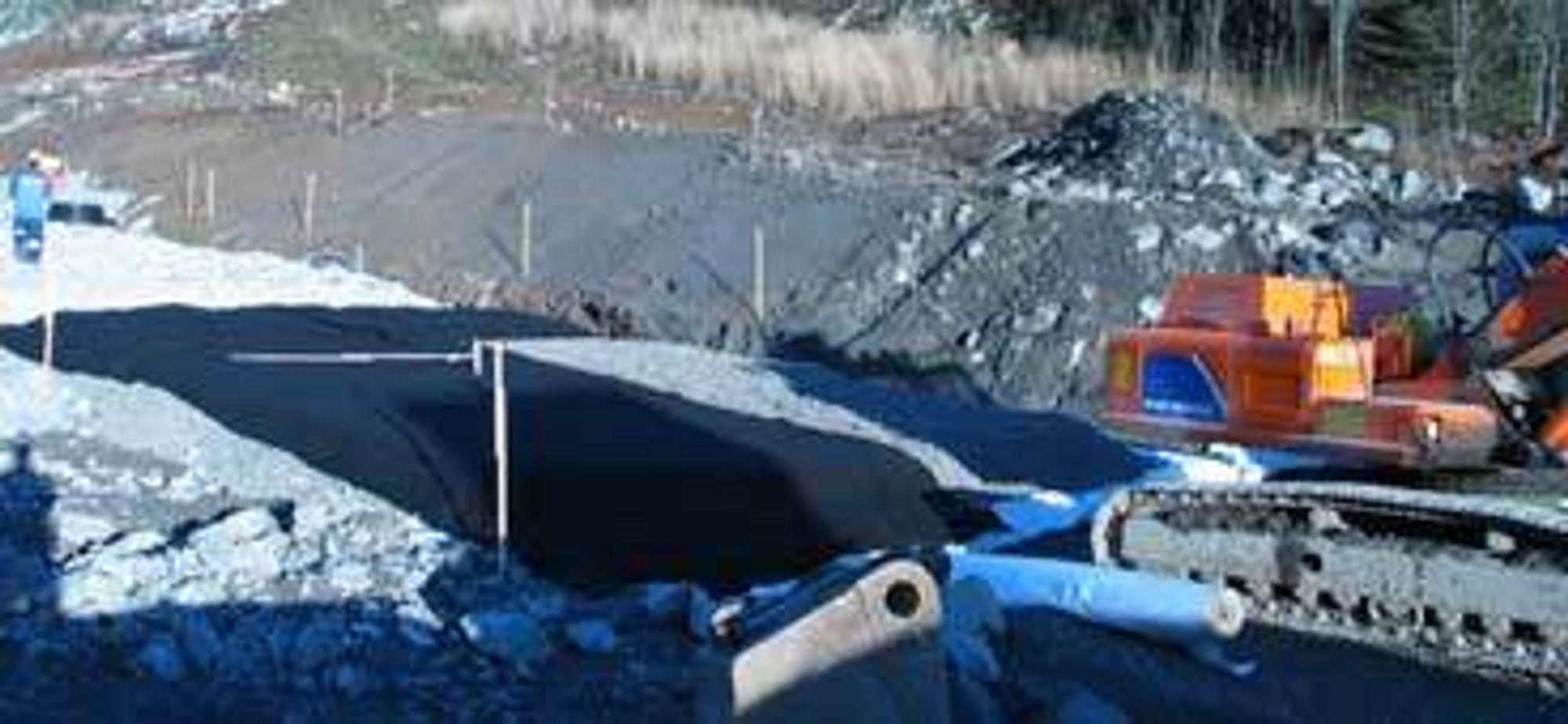 GJENBRUK: På E6 strekning Klemetsrud - Assurtjern sør for Oslo, er påkjøringsrampen til E6 blitt et stort feltforsøk med gjenbruksmaterialer i vei. FOTO: OSLO VEI