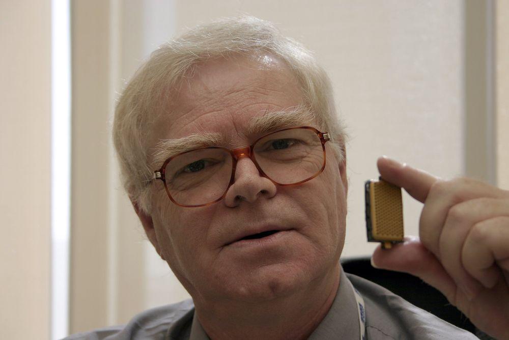 FREMTIDENS LOMMESTRØM: Dette er prototypen på en maursyredrevet brenselcelle som kan finne veien inn i mobiltelefoner om noen år. ODD RICHARD VALMOT