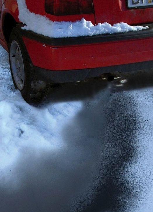 VARME: Kald motor soter! Og slipper ut uhumskheter. Elektrisk motorvarmer gir varm og lun kupe, sikrere sjåfør, bedre sikt og renere avgasser. Men kontaktene mangler. FOTO: DEFA