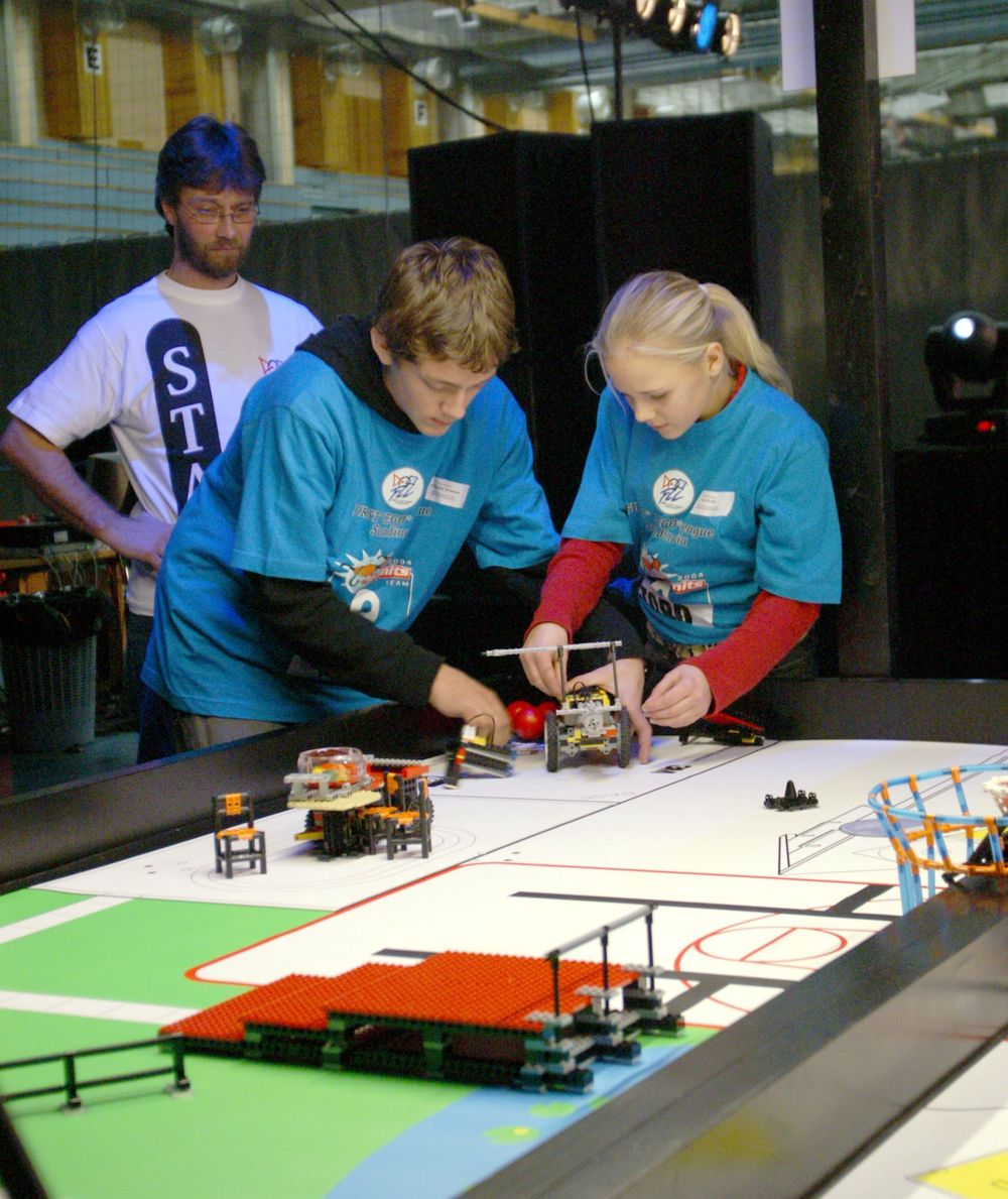 AKSJON: Laget Team Builders fra Bergen i aksjon. Dette laget fikk til slutt en fjerdeplass i robotkonkurransen.FOTO: FLL
