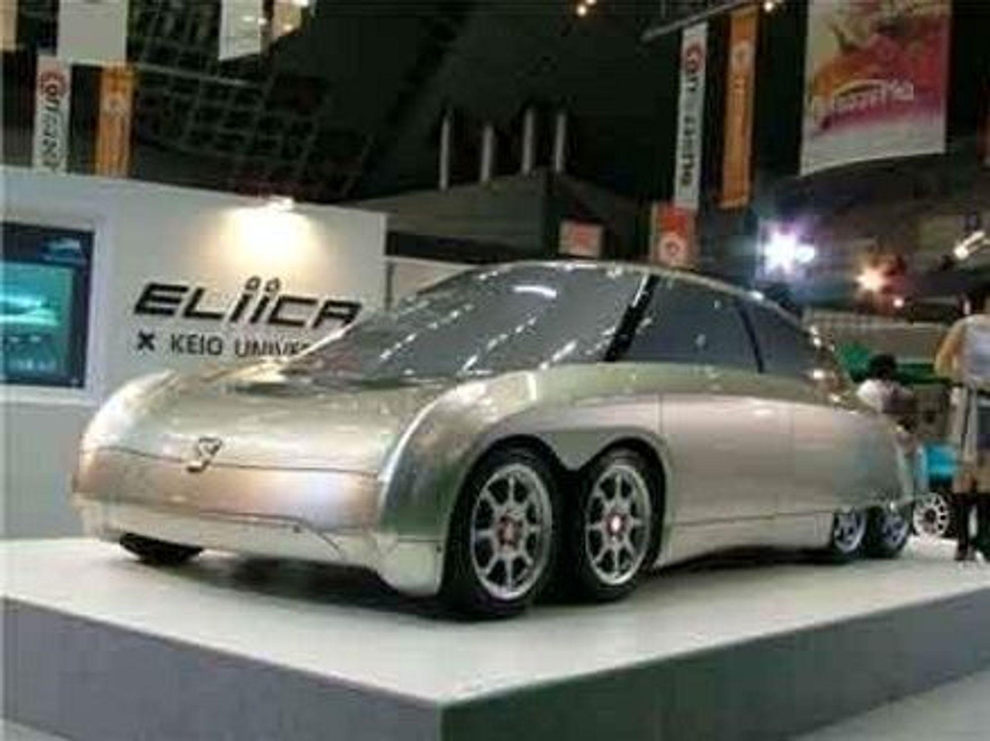 ÅTTE HJUL: Den japanske professor Horoshi Shimizu har utviklet en elektrisk bil som går fra null til hundre på fire sekunder og som når 400 km/h. Det er bybilen sin, det! FOTO: HOROSHI SHIMIZU