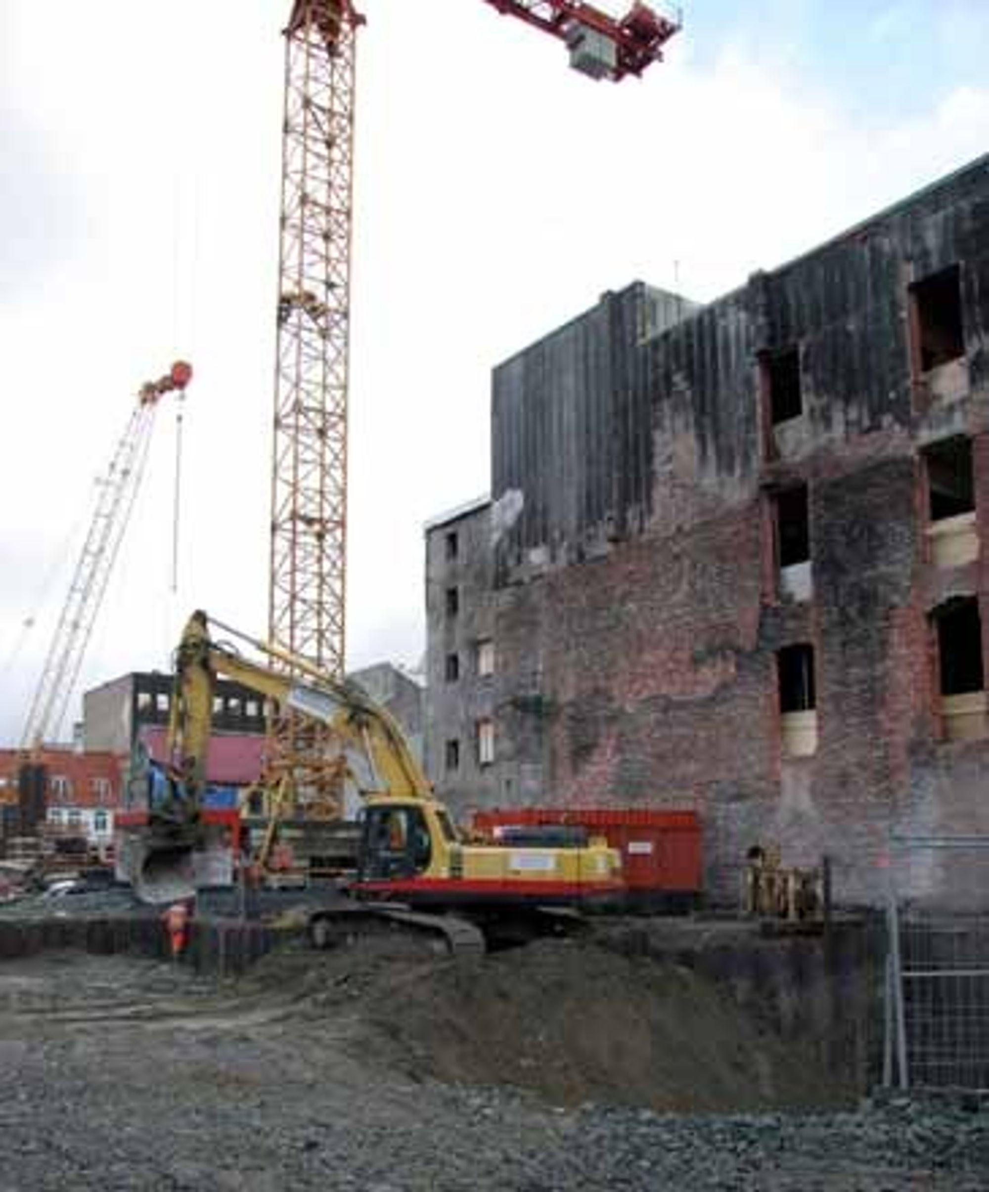 Reinertsen Anlegg A/S er totalentrepenør for prosjektet Tjære Trondheim, gjenoppbyggingen av brannkvartalet fra 2002.  Utfordringer: bæresystem bestående av laminerte tresøyler og tredragere med hulldekker av betong. I fasadene bryter konstruksjonene gjennom klimaskjermen og må takle klimasvingninger.  - Såvidt meg bekjent, er tre ikke brukt på en slik måte tidligere. Firmaet vårt har hyrt inn eksperter fra Byggforsk (NBI) til å kvalitetssikre noen av de tekniske løsningene og byggeprosessesen i forhold til fuktsikring, sier Broli.