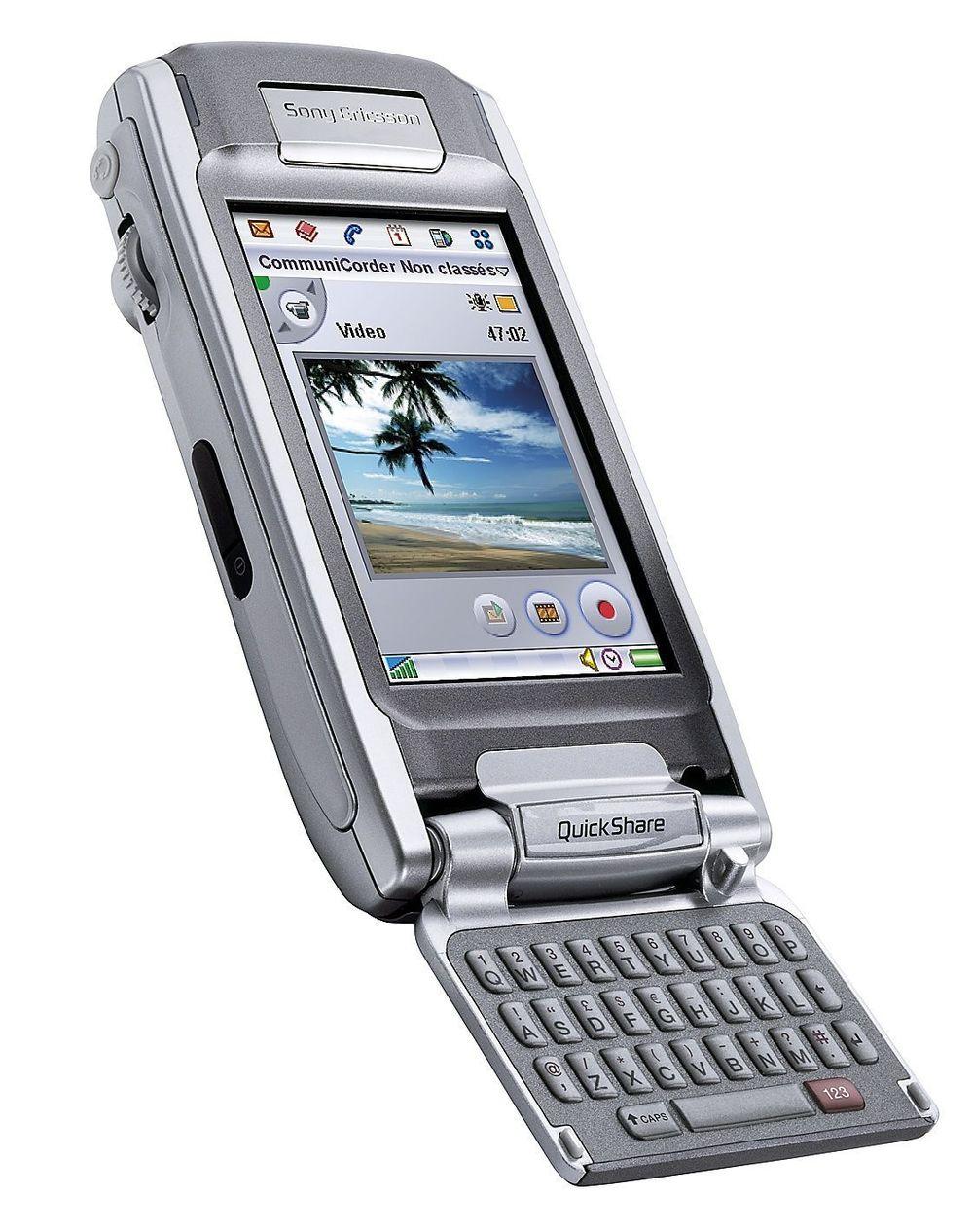 FORAN OG BAK: P910i har fått et tastatur på innsiden av tallflippen.