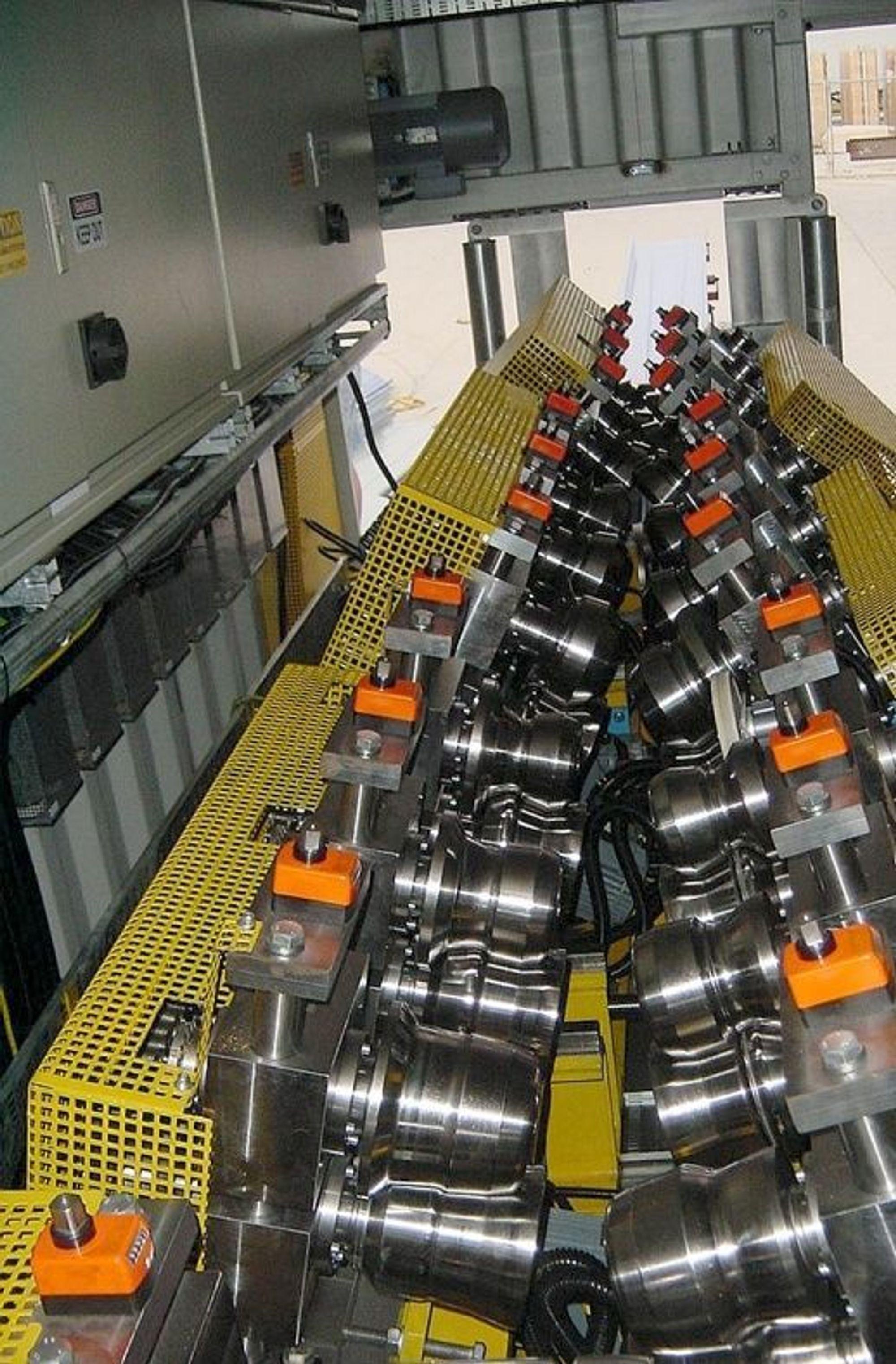 FRIFORMER: Denne maskinen kan forme stålplater på lik linje med en karosserimaker, uten baking med gummihammer.FOTO:SSAB