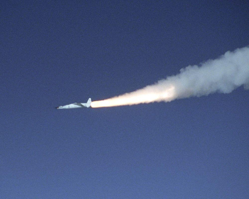LITE FLY, STOR FART: Pegasus XL raketten har tent etter slippet fra B-52B bæreflyet, og X-43A flyet helt fremme i nesen er på vei mot en ny hastighetsrekord.  lengden på flyet er bare 3,8 m. (NASA)