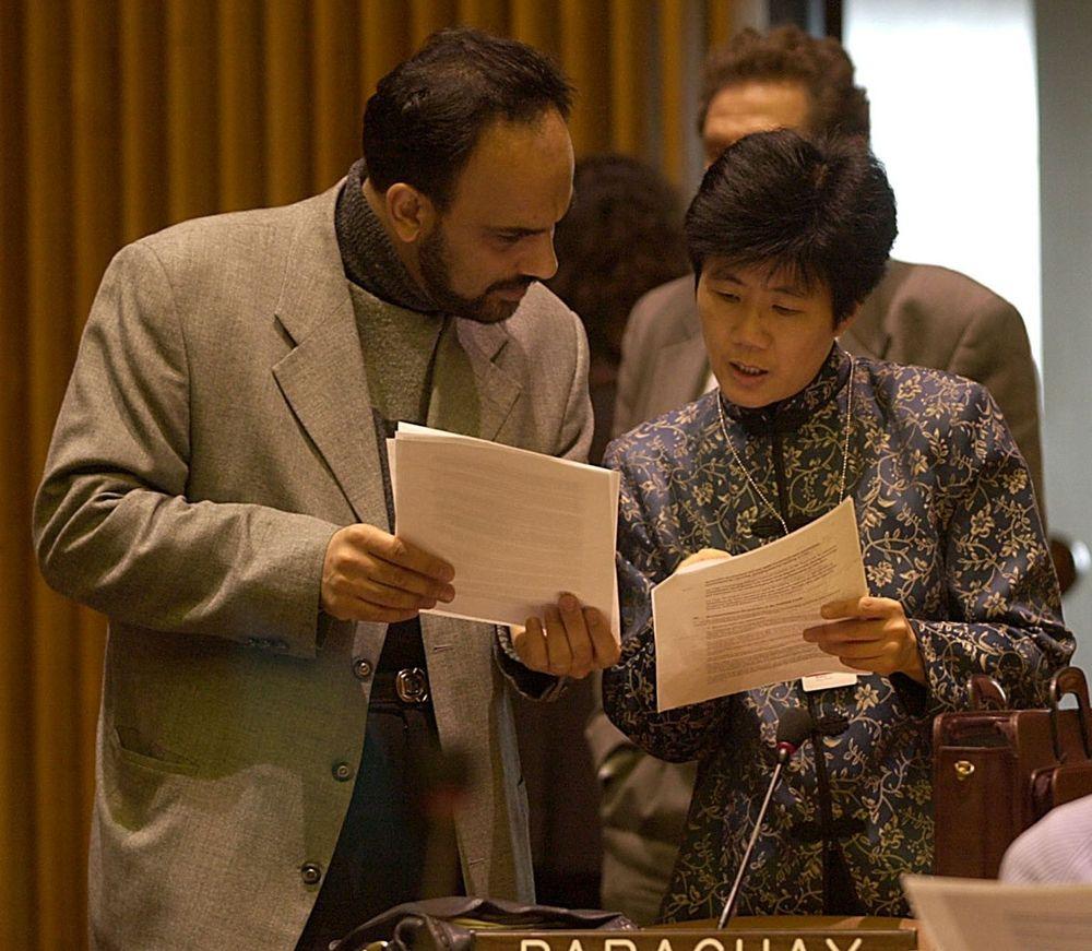 KINAMØTE: Et møte i Kina går greit om europeeren har lært seg de nødvendige kodene for hvordan man oppfører seg, ikke minst kjønnene imellom. ARKIVFOTO