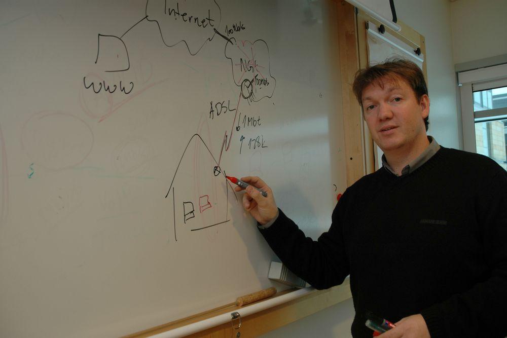 Nils-Ove Gamlem i Cisco Systems forklarer hvordan signalene fra en  IP-telefon når ut til mottakeren. Ikke alle systemer kan garantere talekvaliteten. Det gjelder å velge rett IP-telefonisystem. Foto: Finn Halvorsen