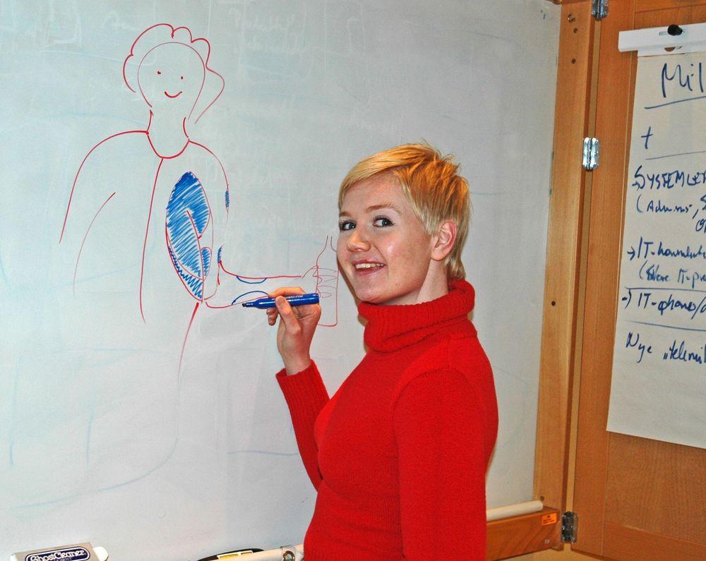 FÅR HJELP: Med aktive støtteplagg kan slagpasienter spise og drikke selv, fordi plaggene hjelper musklene til å arbeide, sier den prisbelønte industridesigner Anne Britt Torkildsby. FOTO: STEIN BEKKEVOLD