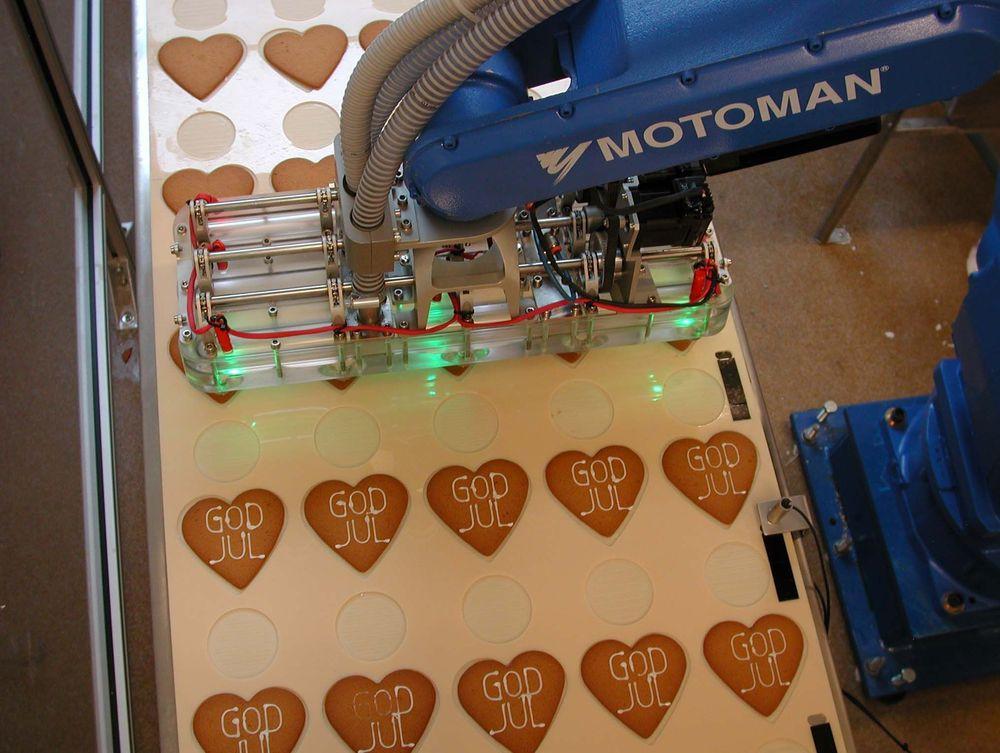 KUNDETILPASSEDE:Med roboten i produksjonen kan Annas Pepparkakor raskt og effektivt skape kundetilpassede pepperkaker med tekst eller logo. Pyntingen foregår i en takt på to sekunder pr. kake.FOTO:SOLIDWORKS