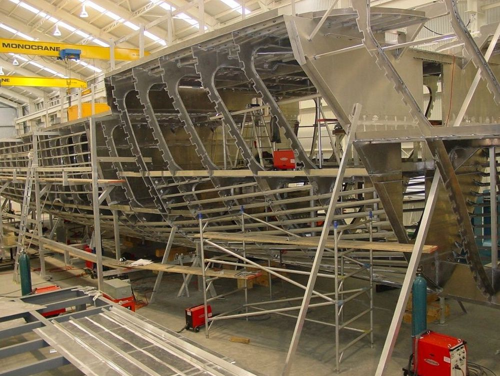 ADAPTIVE: Her sveises den 42 meter lange luksusyachten Renegade. 52 Fronius MIG/TIG-maskiner gjør sveisejobben.