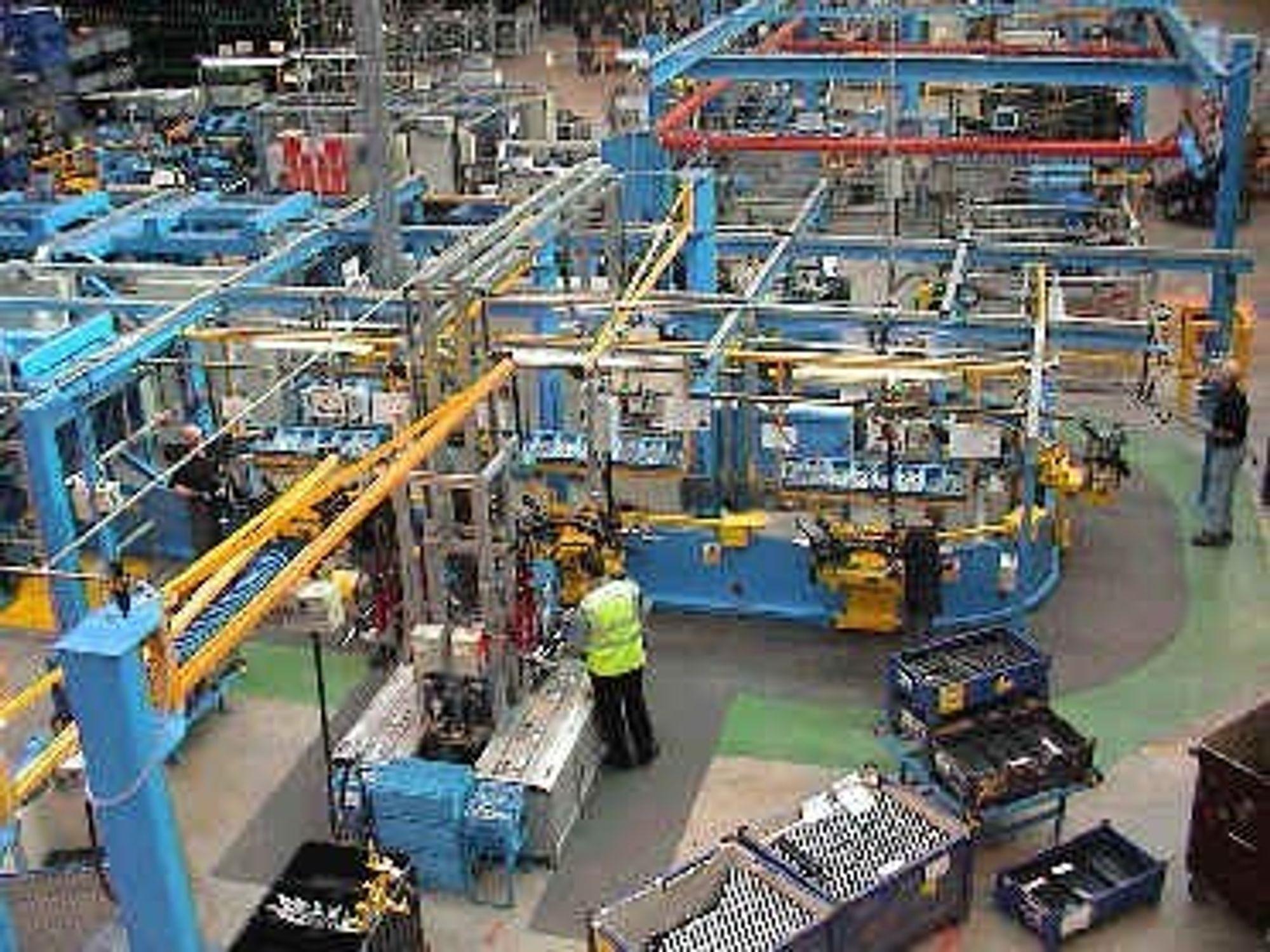 TOMT: Det blir fort tommere på gulvet når GM neste år kutter i arbeidsstokken. Bildet er hentet fra en av Opels fabrikker i Tyskland. FOTO: OPEL
