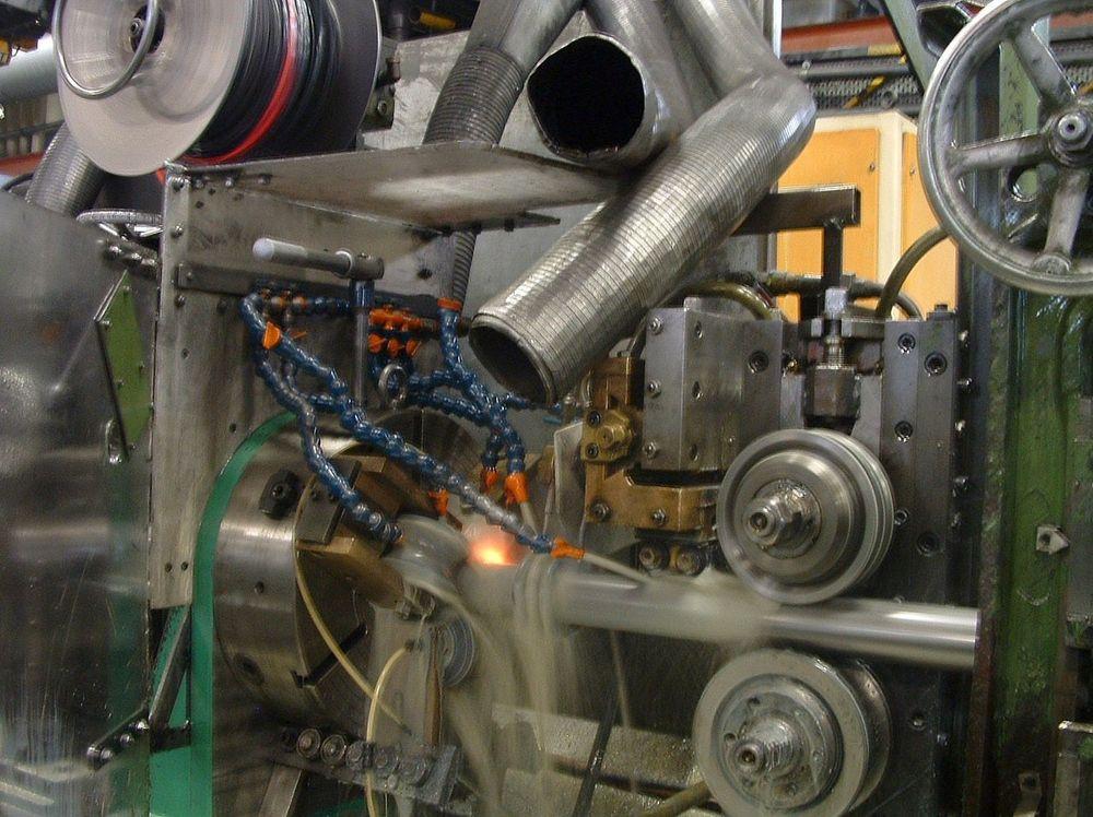 RØR: Båndstål valses til rør. Lengden på stålrørene som produseres i løpet av ett år ved fabrikken i Fredrikstad rekker mer enn jorda rundt.FOTO: SØNNICHSEN