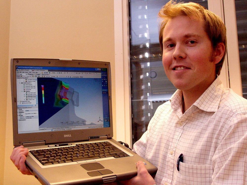 TETT INTEGRASJON: Konsulent Thomas Frithjof Jakobsen kan gjøre endringer uten å vente på resultatet, programvaren simulerer virkningene direkte. På PC-e hans finnes både Pro-Engineer og Ansys..