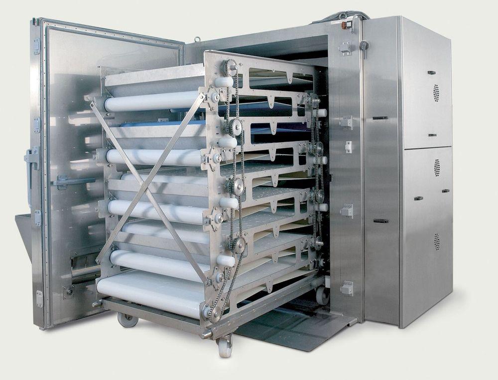 BESKJEDEN: Produktene mates inn på toppen av enkeltfryseren og kommer ut i bunnen en for en, fryst eller bare kjølt. Maskinen krever bare ni kvadratmeter plass.