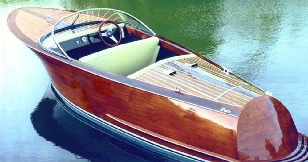 POLERT: Om noen prøver å stjele ditt flytende møbel av en nypolert fritidsbåt, stopper de fort når de ser skiltet STIFINNER på dashbordet. Objektet er satellittovervåket og kan gjenfinnes på minutter, av politi og rasende båteier. Eller bileier. Eller tenåringspappa. FOTO: RIVA