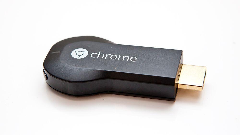 Chromecast settes rett inn i TV-en, og strømmer video direkte fra nettet. Mobilen eller nettbrettet brukes som fjernkontroll. Foto: Stein Jarle Olsen.
