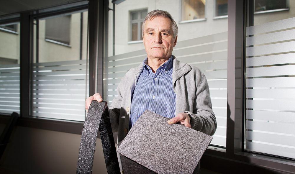 Bjørn Atle Remme med eksempler på moderne SBS-baserte produkter som egner seg for flate tak. Remme er oppgitt over at for mange i byggenæringen mangler kunnskaper om moderne taktekkingsprodukter. Foto: Eirik Helland Urke