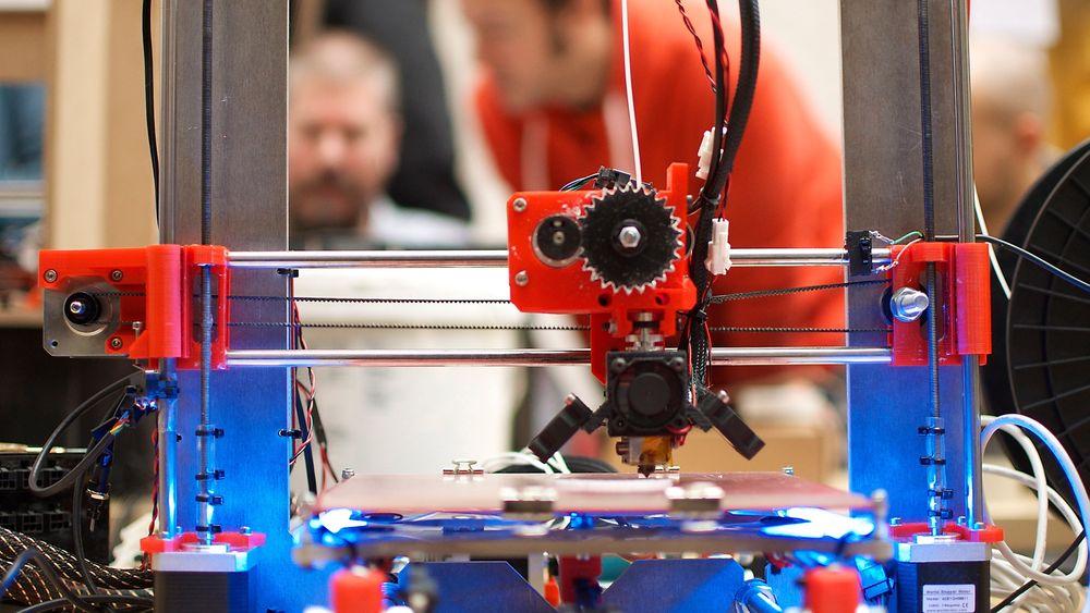 En ketsjupflaske eller et joghurtbeger kan bli det nye hjemmelagede plastfilamentet for 3D-printere.