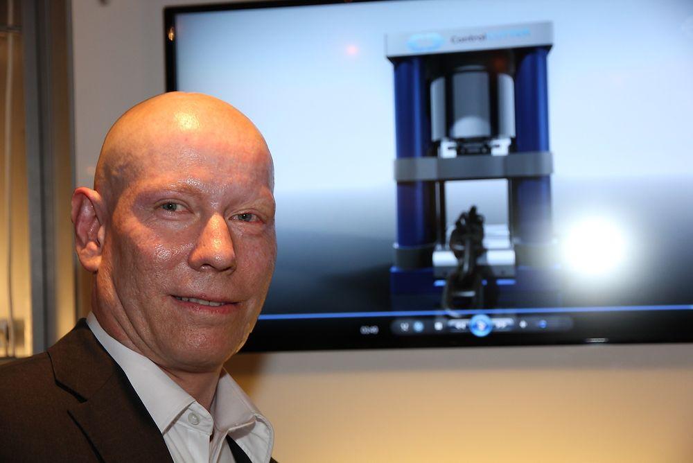 Tre sekunder: På en video i bakgrunnen under OTC i Houston demonstrerte Petter Birkeland hvordan kutting av 16 cm tykke kjettinger kan skje på under tre sekunder. Foto: Tormod Haugstad