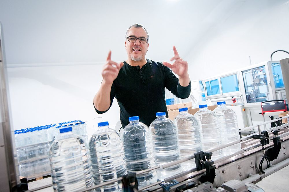 Stolt: Mohamed Sambou er glad han endelig er i gang med sitt storevannprosjekt. Til sommeren håper han å tappe vann på egne flasker undermerket Snåsa.