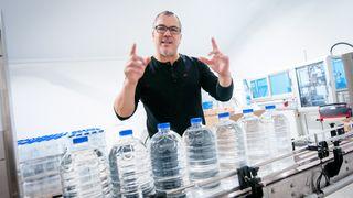 Dataingeniøren jaktet rent vann i sju år - nå finnes det i butikken
