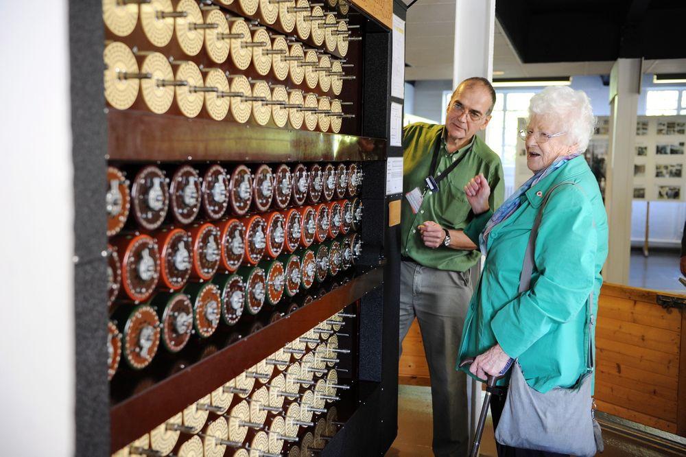 The Bombe: Museumsvakt Peter Webster og krigsveteran Avril Brauns (89) starter opp maskinen «the Bombe», som Brauns opererte her under andre verdenskrig.