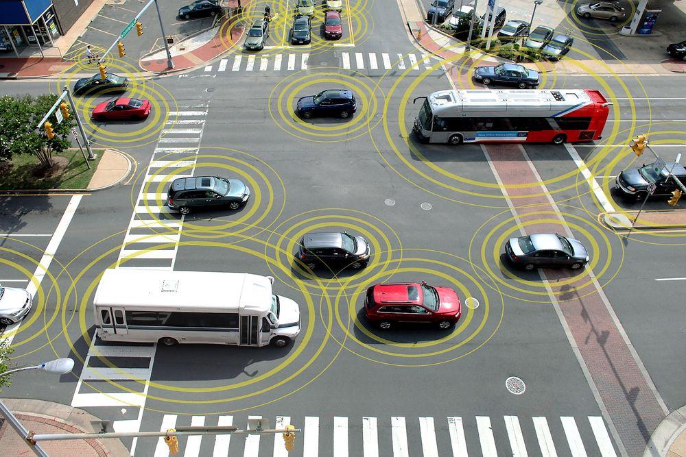 Fra 2015 vil mange eurpoeiske biler kunne kommunisere med hverandre for å forhindre ulykker. Illustrasjonen er fra den amerikanske trafikksikkerhetsadministrasjonen som iverksetter tilsvarende tiltak i USA.