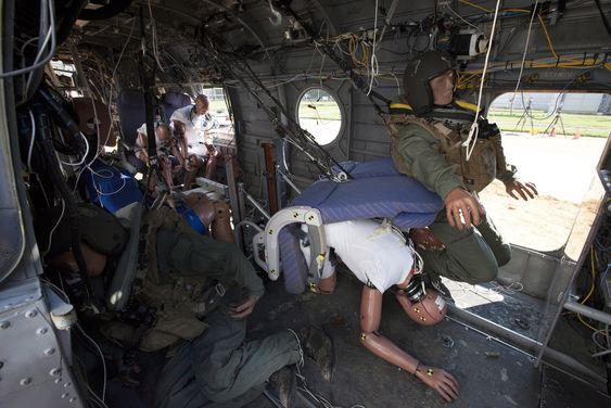 13 krasjtestdukker var passasjerer i den to sekunder korte turen med det gamle Sea Knight-helikopteret.