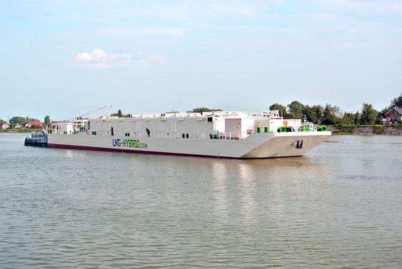 Aida-strøm: Lekteren med LNG-motorer om bord skal produsere miljøvennlig landstrøm til cruiserederiet Aida og andre skip i Hamburg havn. Anlegget er på 7,5 MW og kan levere både 50 og 60 Hz spenning.