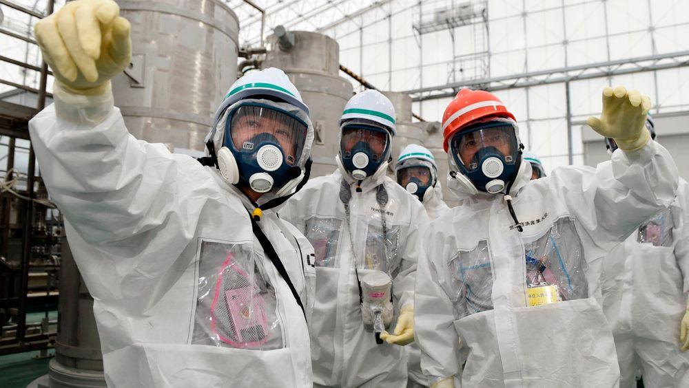 Japans nye minister for økonomi, handel og industri, Yoichi Miyazawa deltar på en inspeksjon på Fukushima-anlegget. Fredag ble det avgjort at to av reaktorene på atomkraftverket i Sendai kan startes opp igjen.