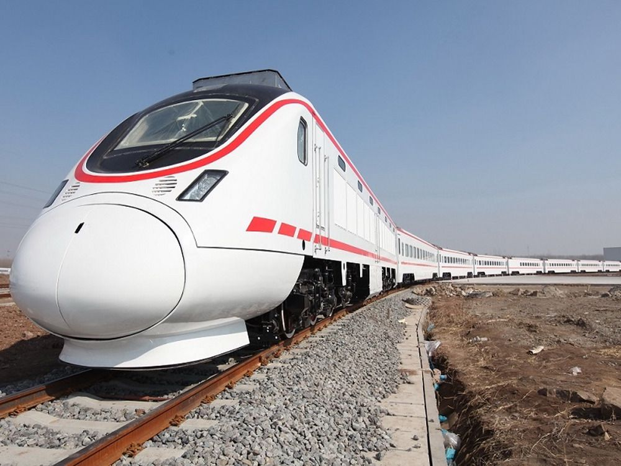 Det første av de nye togsettene til den irakiske jernbanen ble vist frem av produsenten i Qingdao nylig. Med den irakiske ambassadøren til stede.