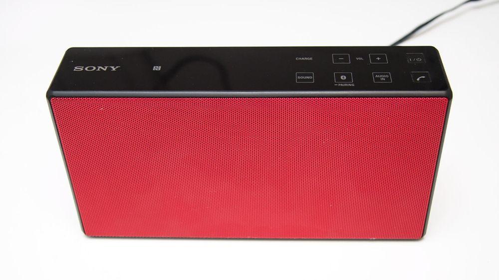 Sonys høyttaler har en minimalistisk design, og ser i våre øyne bra ut. Formen gjør høyttaleren lett å pakke med seg i kofferten.