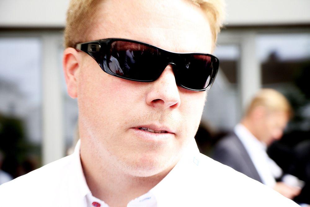 Ice-sjef Eivind Helgaker hjelper Tele 2 ved å leie bort frekvenser i et halvt år, men hjelper også seg selv med en avtale om å kjøpe mobilinfrastrukturen til Tele 2.