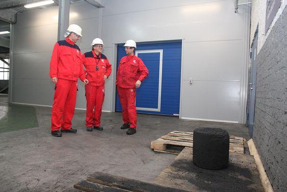Første: I august ble den første 50-kilos anoden laget i pilotfabrikken. Her blir den beskuet av Hans Erik Vatne, Johannes Aalbu og Runde Hunderi.