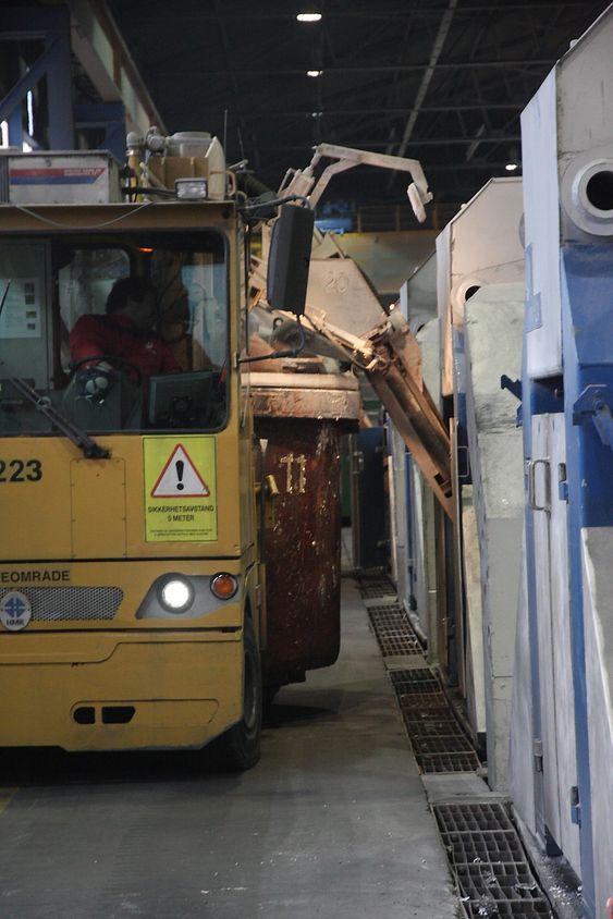 Klar: Spesialbygde vogner suger opp den ferdige aluminiumen fra elektrolysecellene og frakter til støperiet..