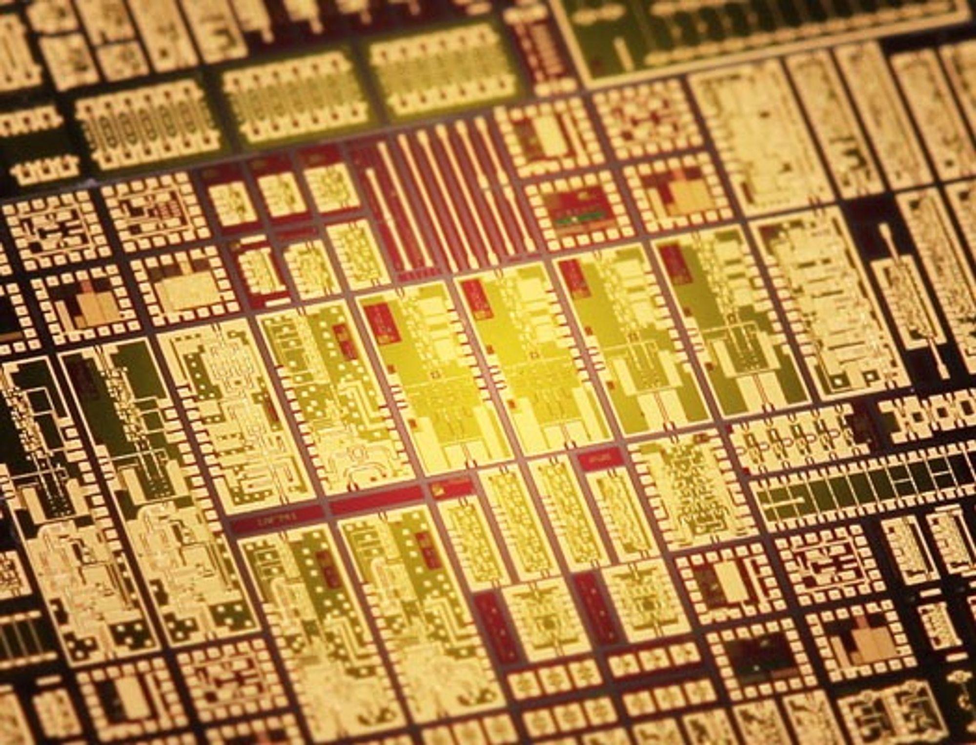 Den høyfrekvente chip'en måler bare 4x1.5 kvadratmillimeter.