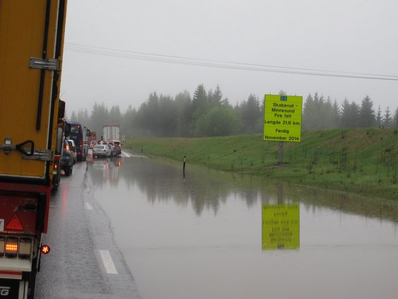 Trafikken på E6 ved Espa er hindret av flom og vannmasser.