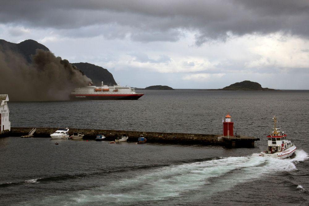 BRANN: Hurtigruteskipet Nordlys brenner like utenfor Ålesund torsdag morgen.