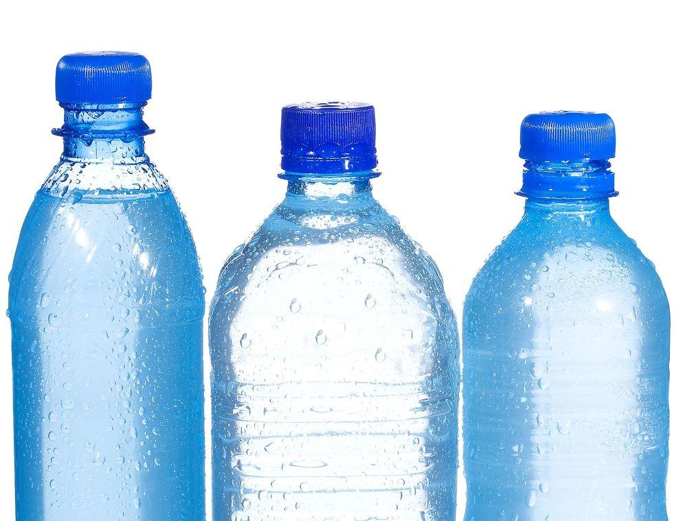 Drikkeflasker og folie av polyetylenterepftalate (PET) kan gjenvinnes til bildeler og tekstiler som i fleecegensere og kosedyr til barn.