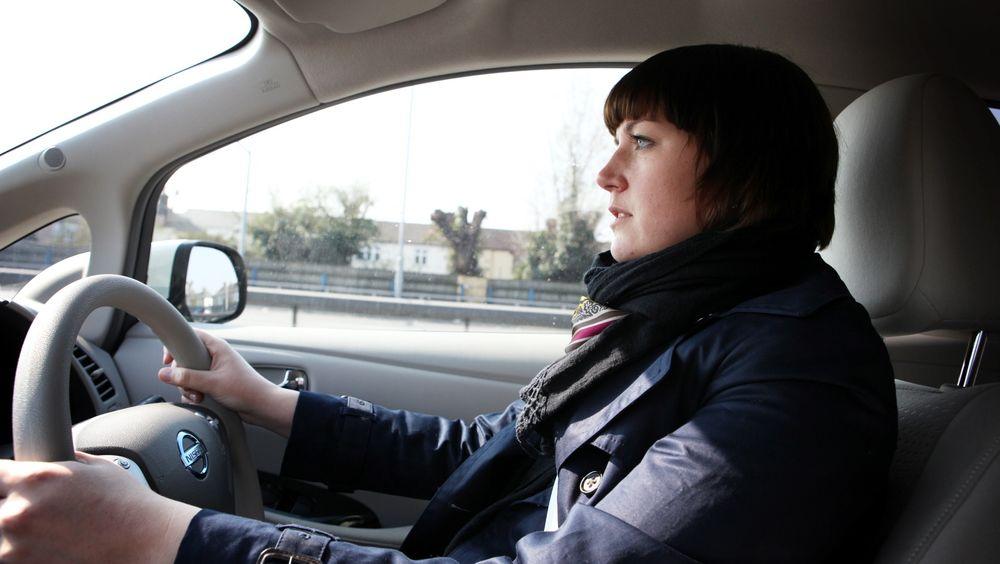 Politisk rådgiver Christina Bu i NAF mener mange liv kan reddes med ny avgiftspolitikk. NAF og bilbransjen vil også ha forsikringer om at nullutslippsbiler, som denne Nissan Leaf-en, ikke blir avgiftsbelagt før i 2020.