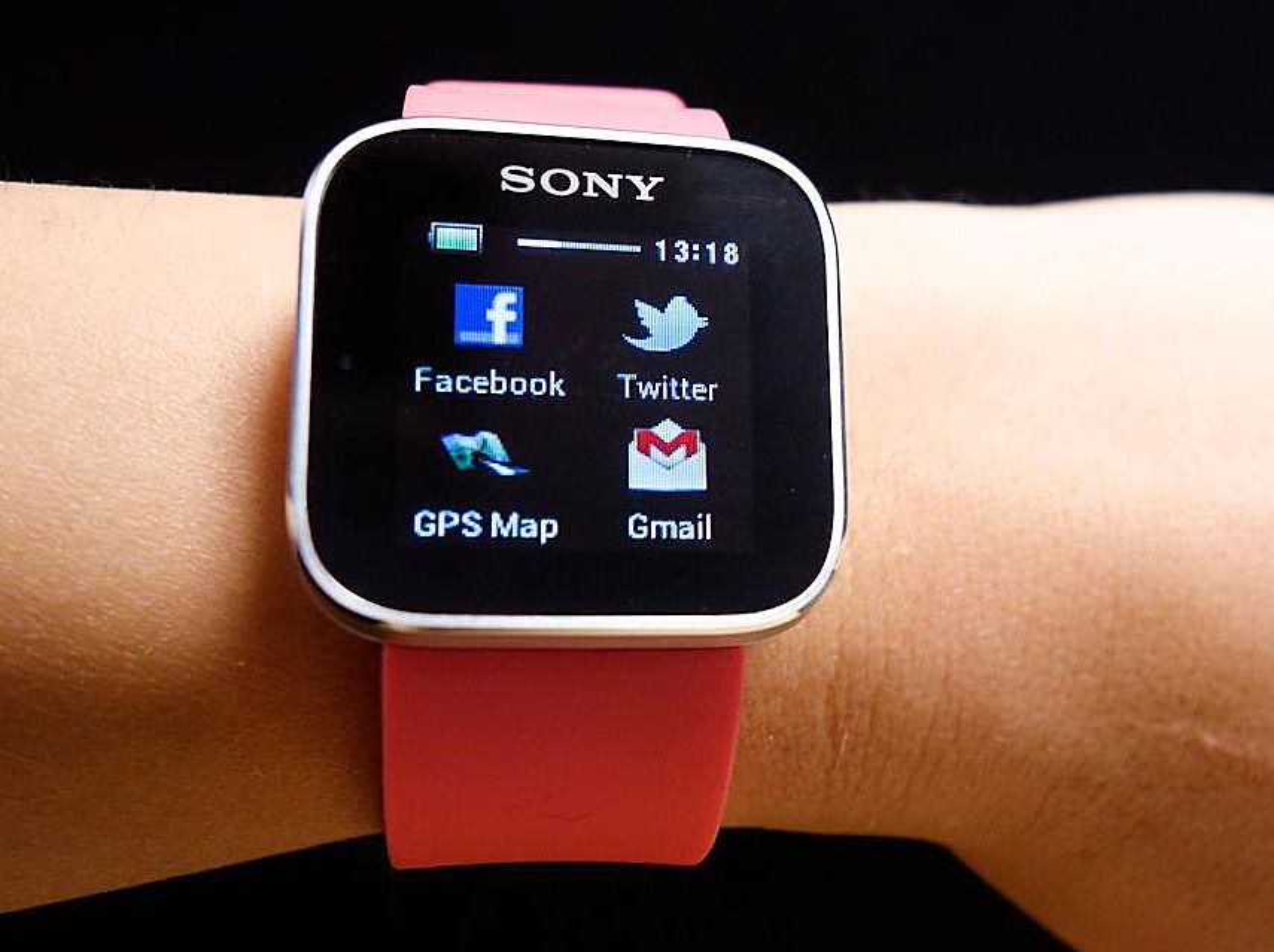 Er på markedet: Sonys SmartWatch har vært på markedet et års tid, men er nok for begrenset til å skape det store kjøperushet.