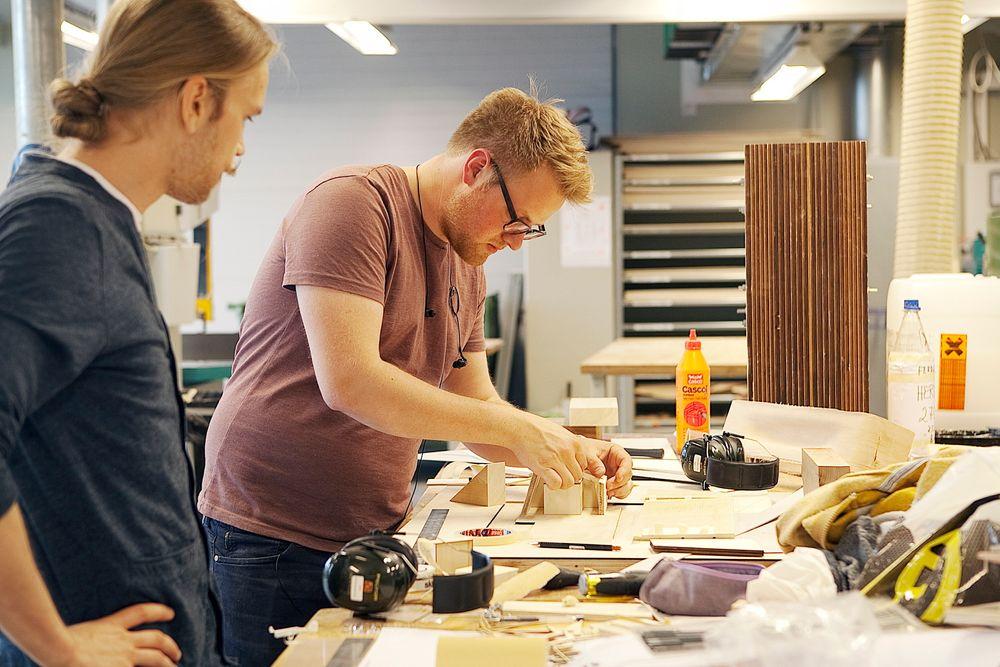 Arkitektstudenter Eirik Tollåli, Øyvind Anker Ljos og Isaak Bashevkin vant konkurransen om å designe det beste plusshuset. Her holder Eirik Tollåli og Øyvind Anker Ljos på å ferdigstille modellen kvelden før kåringen.