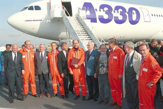 Det er nå henholdsvis over 20 og over 40 år siden forrige gang det var klart for jomfruferd med et nytt tomotors bredbuksfly fra Airbus. Her er besetningen på det første A300-flyet fra 1972 sammen med besetningen på den første A330-flygningen i november 1992.