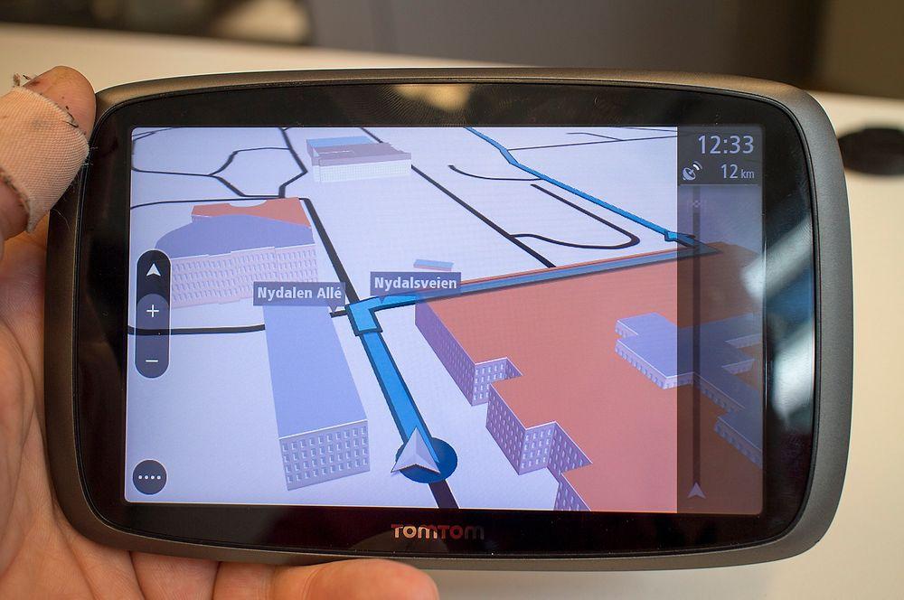 Nytt grensesnitt: De nye kartene har et forbedret og enklere grensesnitt med både to- og tredimensjonal visning, som i denne GO 600-modellen med seks tommers skjerm. 3D-visningen skal gjøre det lettere å manøvrere i byer. Holder du fingeren på kartet, så ser du adressen i en rute som popper opp.
