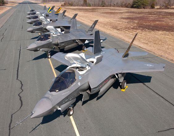 B- og C-versjoner av F-35 Lightning II (BF1-4/CF1-2) på taksebanen på NAS Patuxent River.
